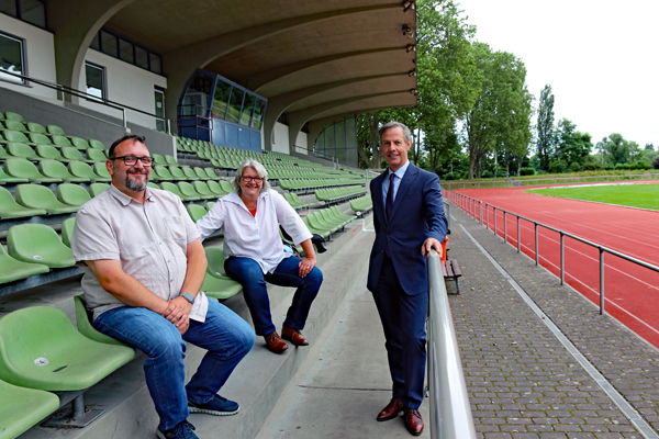 Foto: Karsten Schwarz, Anette Tettenborn und Oberbürgermeister Udo Bausch im Stadion am Sommerdamm (Foto: Stadt Rüsselsheim am Main)